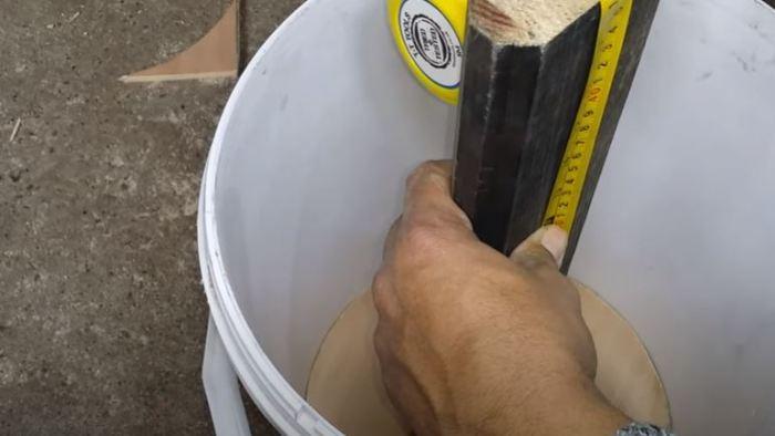 Как сделать держатель для садового шланга из простого пластикового ведра Интересное