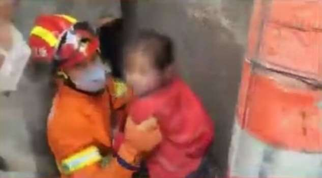 Прятки пошли не по плану: 3 ребенка застряли между стенами  Интересное