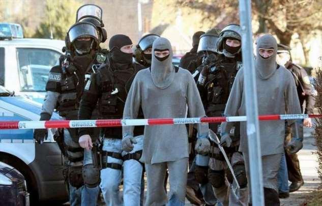 Назад в средневековье: для чего немецкую полицию принялись облачать в кольчуги