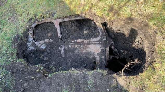 Британец откопал на заднем дворе 65-летний Ford, похороненный под землей  Интересное