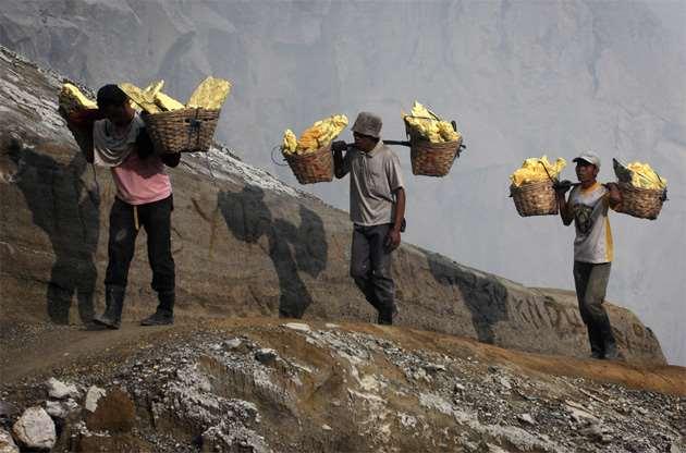 Cборщики серы: самая тяжелая профессия в мире  Интересное