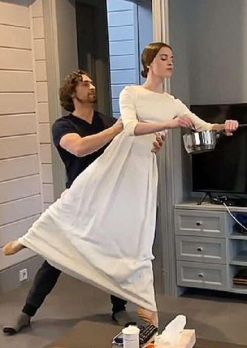 Артисты балета показали, как тренируются на карантине  Интересное