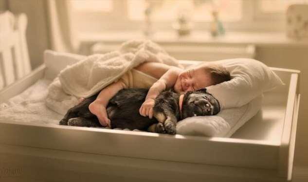Трогательные фотографии новорожденных в обнимку с маленькими зверюшками  Интересное