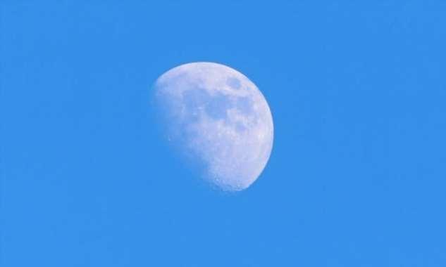 Почему днем иногда видно Луну, а иногда нет?  Интересное