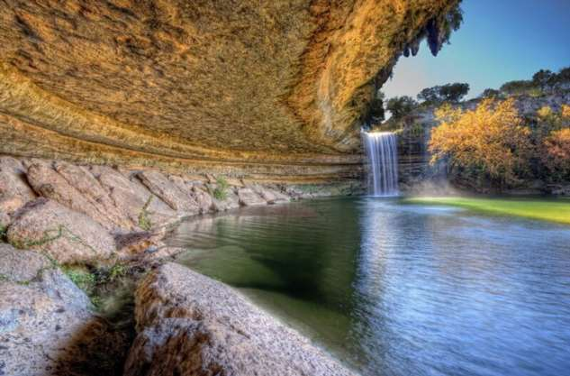 Удивительное озеро Hamilton Pool  Интересное