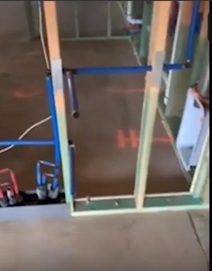Почему герой боевика может пробить стену дома: строитель показал, как выглядит коттедж в США  Интересное