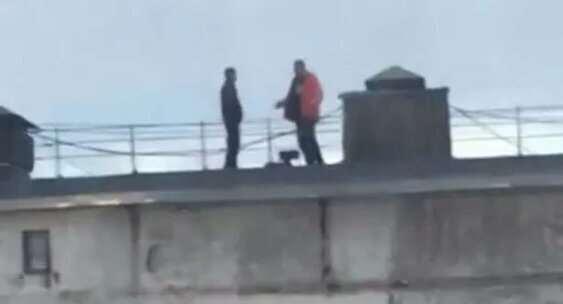 Двое жителей Сахалина не вытерпели самоизоляции и пожарили шашлыки на крыше многоэтажки  Интересное