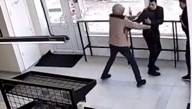 Новосибирец набросился с ножом на посетителей магазина  Интересное