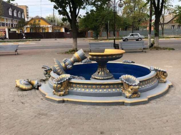 Украинка сломала фонтан, пытаясь сделать на нем фотографию  Интересное