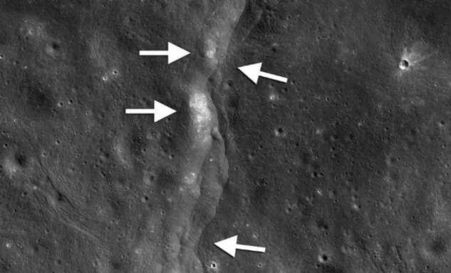 На Луне увидели странную расширяющуюся трещину