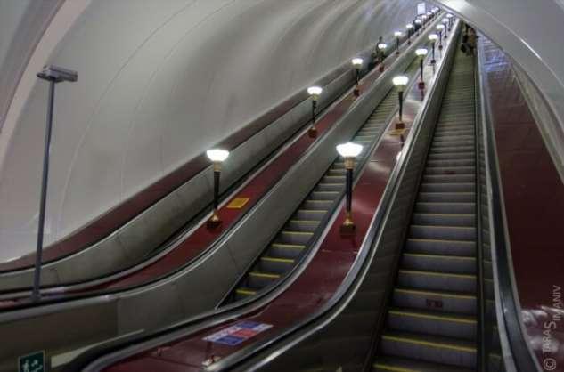 Почему ступени и поручни эскалатора едут с разной скоростью