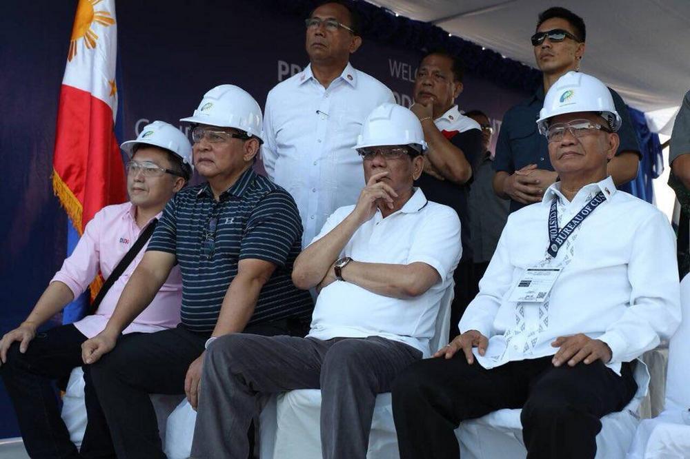 Борьба с контрабандой на Филиппинах: более 60 новых люксовых автомобилей отправились под бульдозер